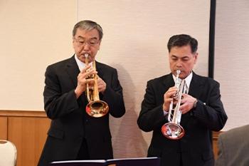 「海ゆかば」をトランペット演奏 堀田和夫氏・牟田春雄氏